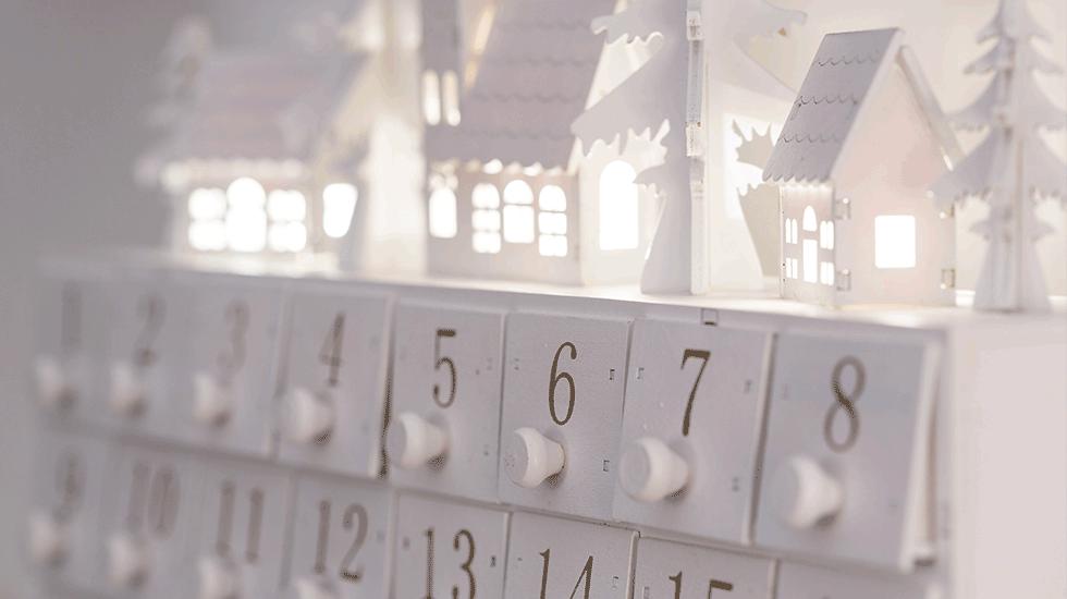 moderner Adventkalender mit Laden aus Holz