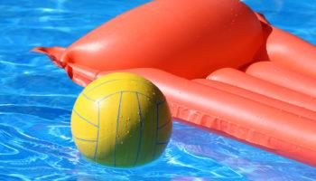 Luftmatratze und Volleyball